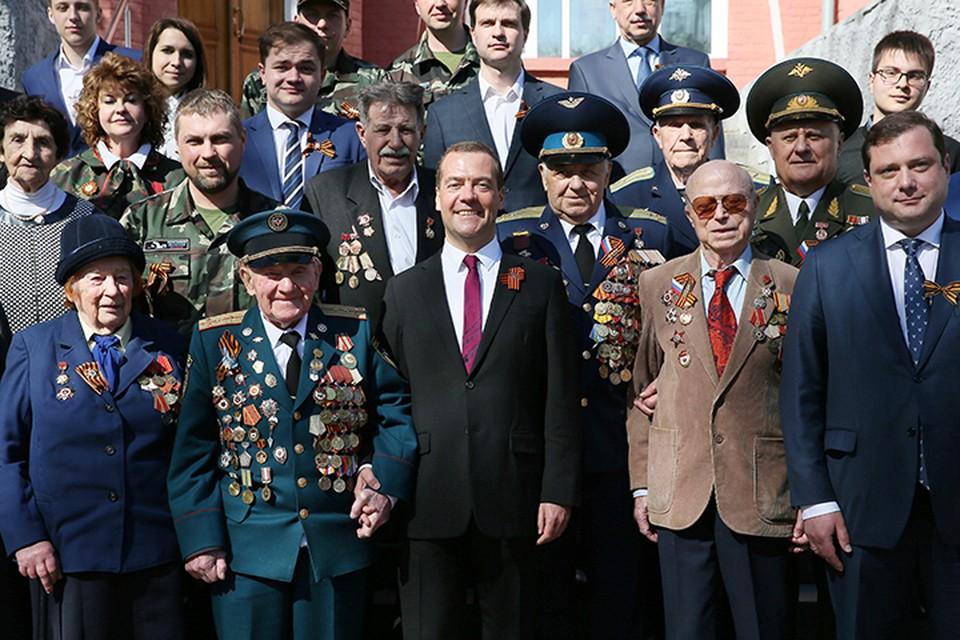 Ветеранов Медведев поблагодарил за то, что они встречаются с молодежью и рассказывают правду о войне. Фото: Екатерина Штукина/ТАСС