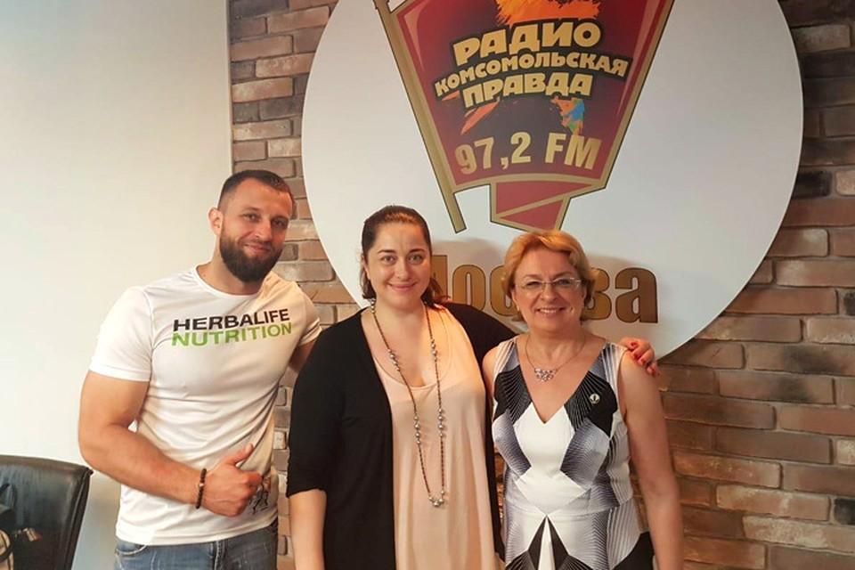 Экспериментатор над собой Мария Баченина (в центре) вместе с Аллой Васильевной Шилиной - экспертом по питанию Herbalife и Павлом Фатыховым - фитнес-экспертом компании Herbalife.