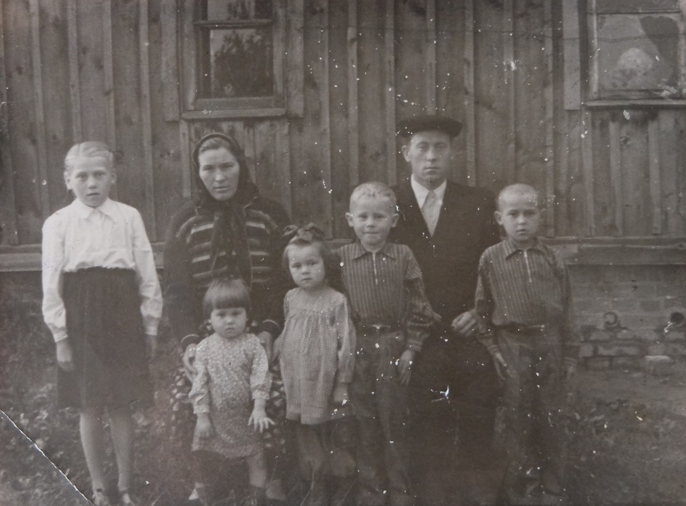 Елизавета и Петр Шишкины с детьми в Лесном.