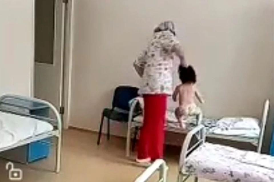 Медсестру, схватившую за волосы ребенка, уволили. Фото: стоп-кадр