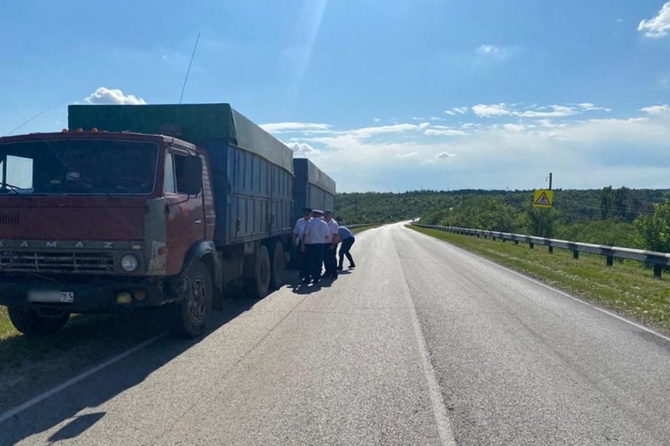 Водитель за рулем «КамАЗ» сбил человека. Фото: УГИБДД России по РО