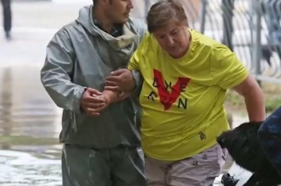 Женщина не могла удержаться на ногах. Фото: скриншот из видео
