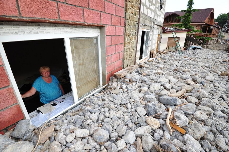 Дома попали под грязевые и гравийные потоки