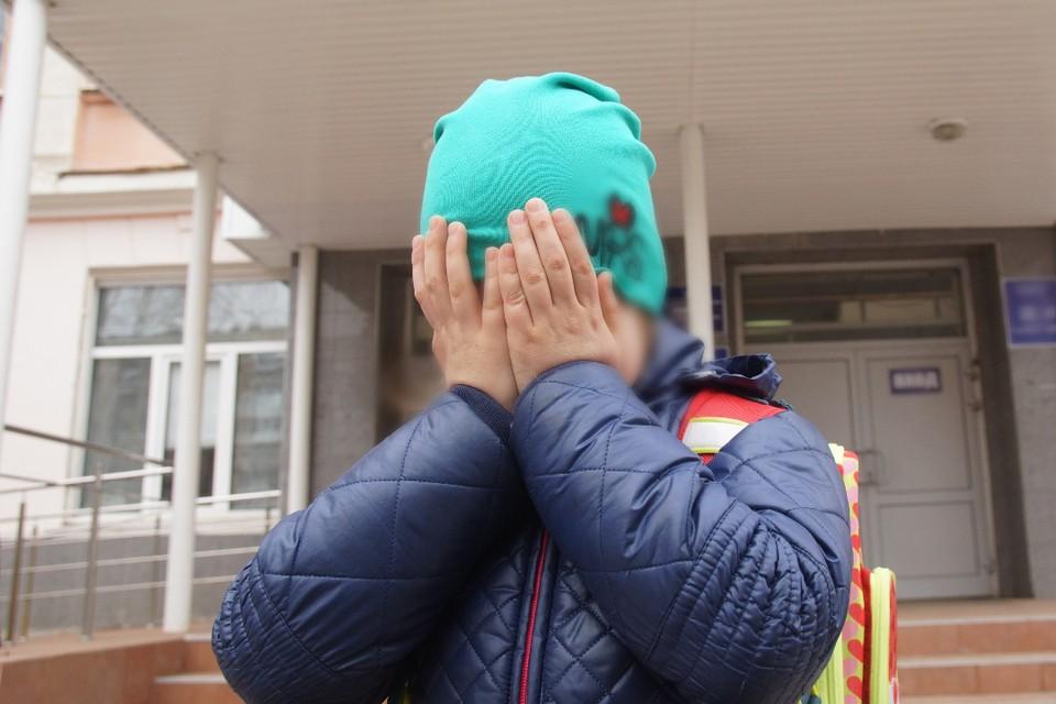Школьница лупила детей на крыльце детского сада при сельской школе