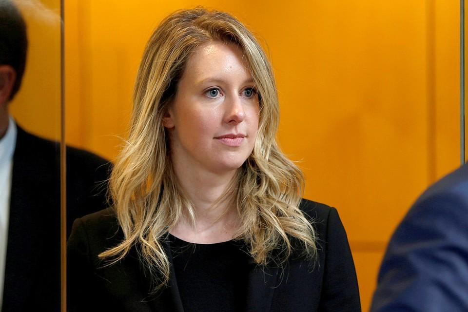 Элизабет Холмс перед началом судебного заседания.