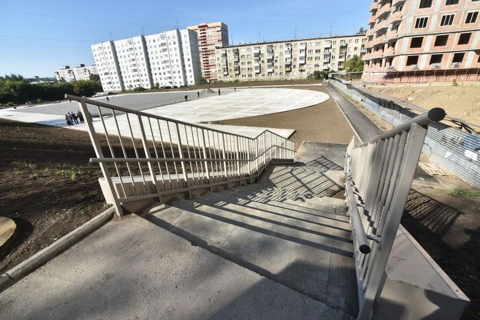 Андрей Травников проверил реконструкцию стадиона школы №15. Фото: Правительство Новосибирской области