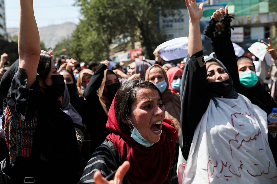 Женщины требуют соблюдения прав, мужчины – свободы, все вместе – избавления от пакистанского гнета…