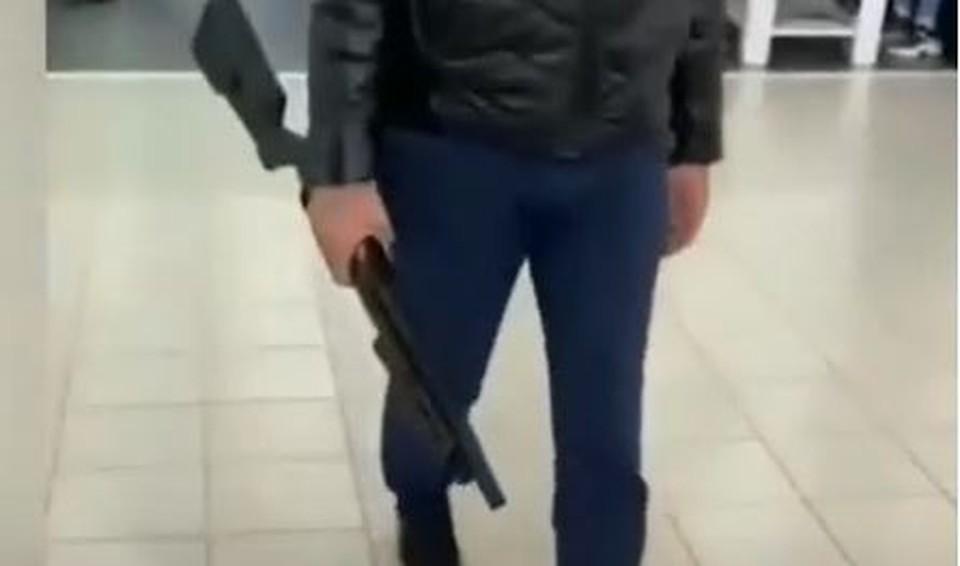 В Тюмени мужчина ворвался в автосалон с винтовкой. Скриншот из видео.