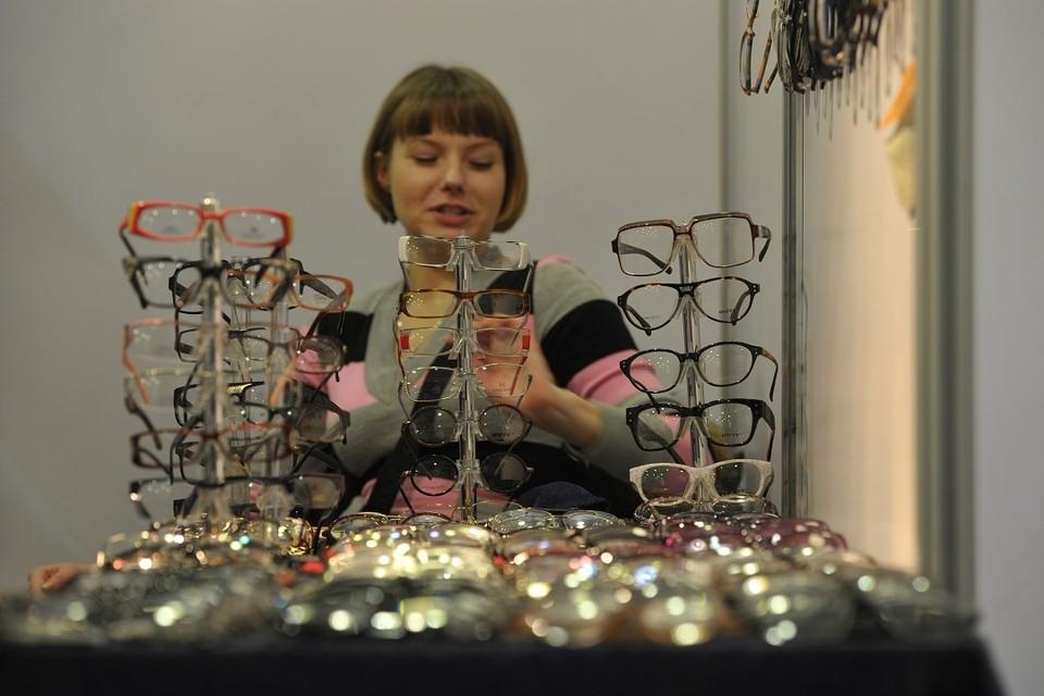 В Новосибирске у нелегальных уличных торговцев изъяли очки.