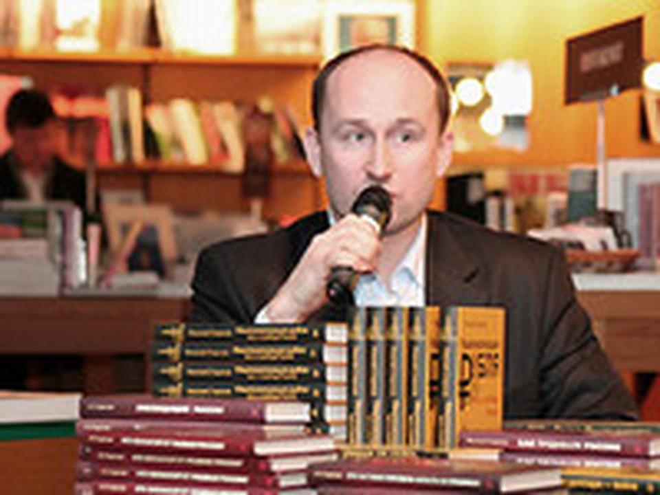Николай Стариков на презентации в таллинском книжном магазине Rahva raamat.
